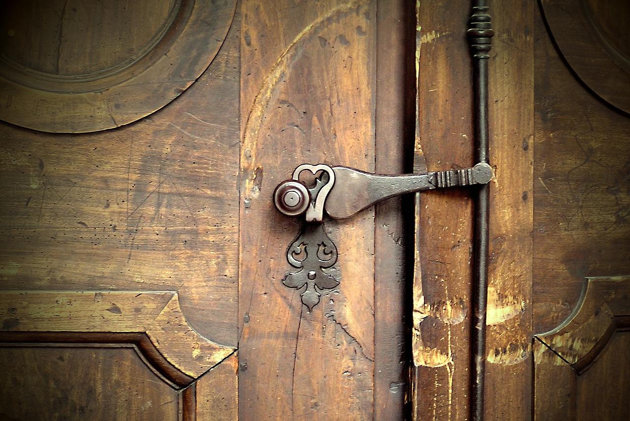 Des astuces pour rénover une porte en bois